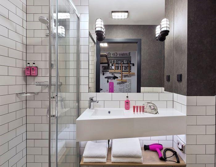 Moxy Sleeper - 100 wygodnych pokoi z łazienkami z przestronnym prysznicem