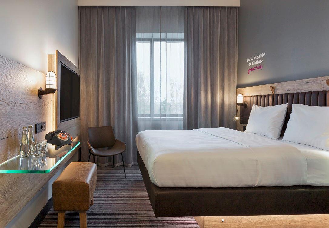moxy queen room